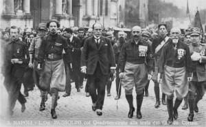 Mussolini glabro attorniato dai pelosi quadrumviri