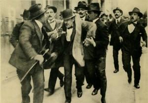 Mussolini mentre viene arrestato a Roma l'11 aprile 1915 dopo un comizio a favore dell'intervento dell'Italia nella guerra.