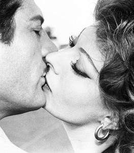 Mastroianni Loren bacio baffi