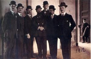 da sinistra: Paramithiotti, Muggiani, Hugo Rietmann, Hirzel, Bach, Ansbacher, Glockner e sul portone a destra Max Rietmann).